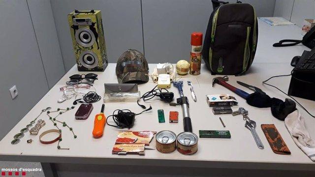 Material confiscat a l'home detingut per 40 presumptes delictes de robatori amb força en apartaments de Salou (Tarragona)