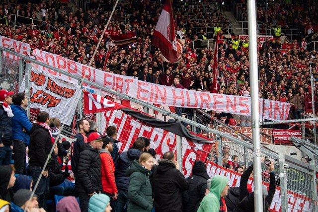 Fútbol.- El Hoffenheim-Bayern, interrumpido por insultos y pancartas contra el m