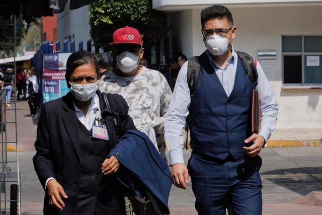 Imagen de varias personas con mascarillas en México.