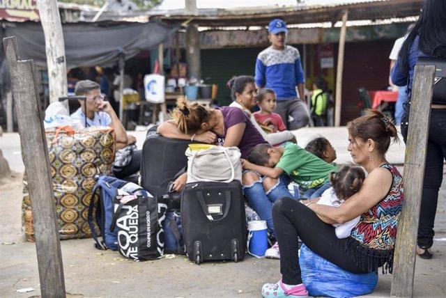 Migrantes venezolanos en el paso fronterizo de Paraguachón (Colombia)
