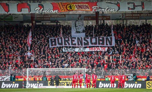 Fútbol.- Las pancartas contra el magnate Dietmar Hopp obligan a detener también