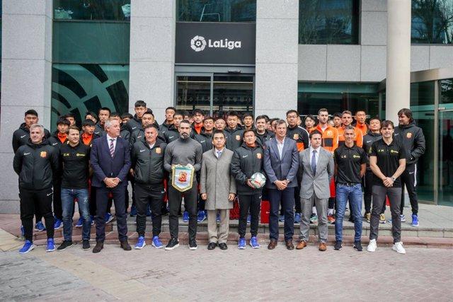 Fútbol.- LaLiga recibe al Wuhan Zall FC y muestra su apoyo al pueblo chino ante