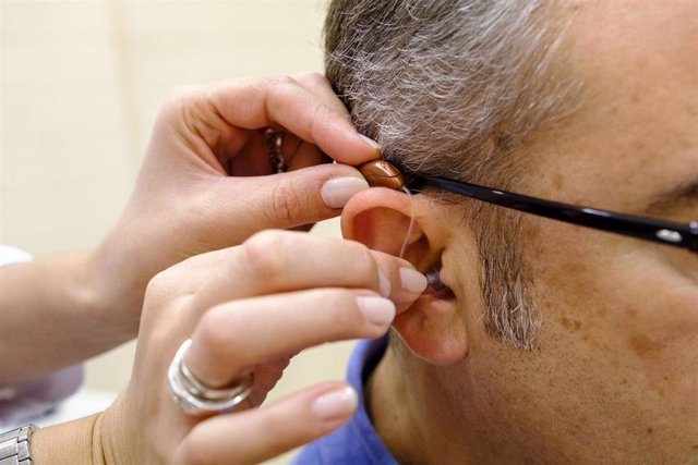 Especialista haciendo una prueba de audífono