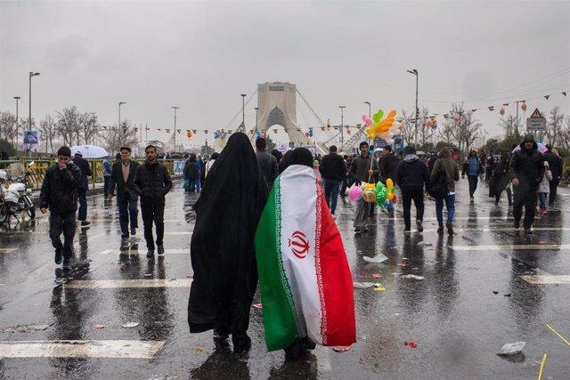 Imagen de archivo de una mujre con una bandera de Irán.