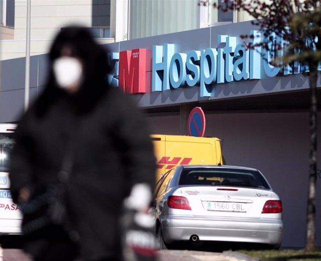 Un hombre con mascarilla camina por las zonas exteriores del Hospital de Torrejón donde se encuentran hospitalizados varios pacientes por dar positivo en coronavirus.