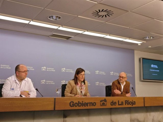 La consejera de Salud, Sara Alba, el  director general de Salud Pública, Consumo y Cuidados, Enrique Ramalle, y el director del Área de Salud de La Rioja, Alberto Lafuente, confirma el primer caso de coronavirus en La Rioja
