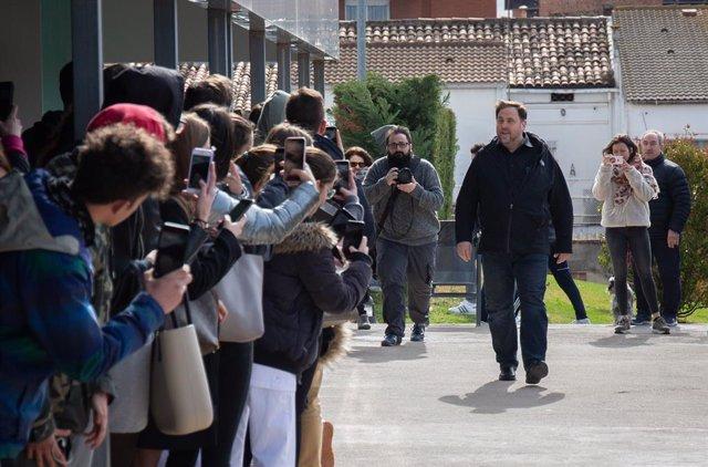 El líder d'ERC, Oriol Junqueras, condemnat a 13 anys de presó per sedició i malversació en la sentència del procés, fotografiat pels mitjans en el moment en què arriba al campus de la UVic-UCC a Manresa.