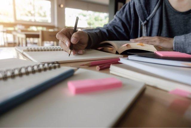 Imagen de recurso de un alumno en un aula.