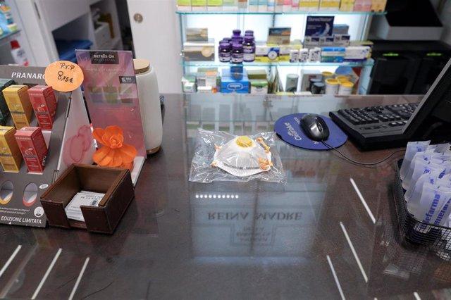 Mascarilla a la venta en una farmacia en Madrid (España) a 2 de marzo de 2020.