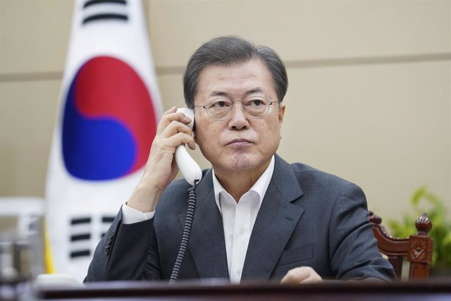 20 February 2020, South Korea, Seoul: South Korean President Moon Jae-in speaks by telephone with Chinese President Xi Jinping at the Blue House. Photo: -/YNA/dpa