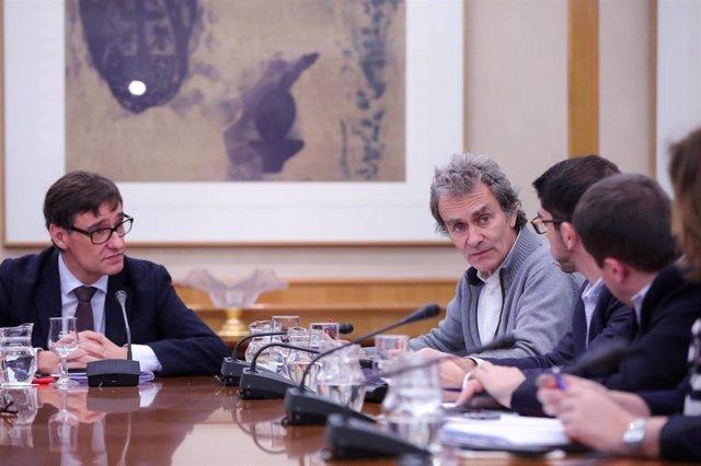 (I-D) El ministro de Sanidad, Salvador Illa, y el director del Centro de Coordinación de Alertas y Emergencias Sanitarias del Ministerio de Sanidad, Fernando Simón, durante la reunión del Comité de Seguimiento del coronavirus, en Madrid (España).