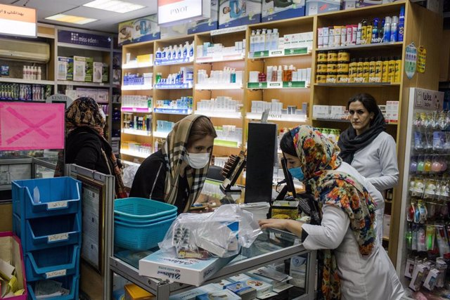Personas con mascarilla en Irán