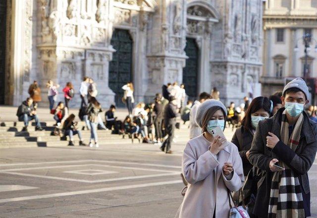 Turistas con mascarilla en Pisa