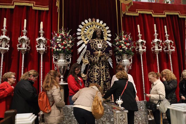 Un mujer besa los pies del Cristo de Medinacili de Madrid durante el tradicional besapiés que se repite cada primer viernes de marzo.