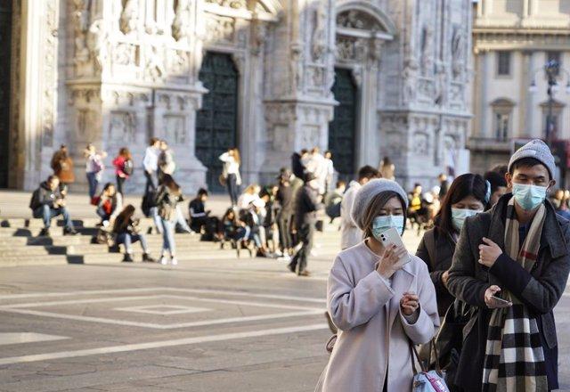 Turistes amb mascareta a Pisa.