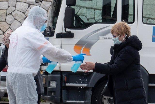 Una mujer de Israel en cuarentena por posible exposición al nuevo coronavirus se desinfecta las manos en Jerusalén