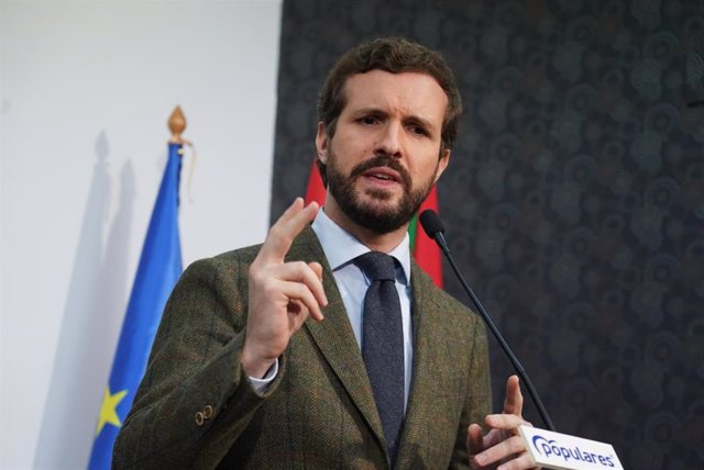 El presidente del Partido Popular, Pablo Casado interviene tras su encuentro con afiliados y cargos del PP vasco en la sede del PP de Ermua/Vizcaya (España), a 28 de febrero de 2020.