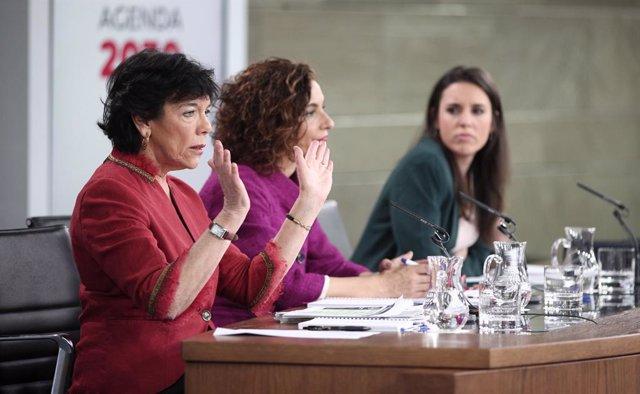 La ministra d'Educació i Formació Professional, Isabel Celaá; la ministra d'Hisenda i portaveu, María Jesús Montero; i la ministra d'Igualtat, Irene Montero, compareixen en roda de premsa després del Consell de Ministres.