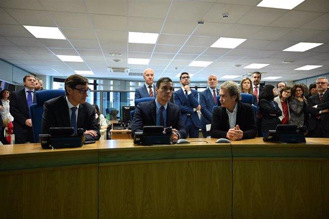 (i-d) El ministro de Sanidad, Salvador Illa, el presidente del Gobierno, Pedro Sánchez, y el director del Centro de Coordinación de Alertas y Emergencias Sanitarias, Fernando Simón,