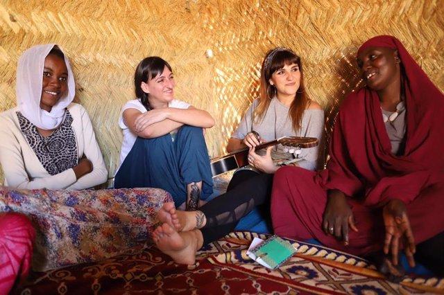 María Rozalén y Beatriz Romero junto con dos mujeres del Chad para conocer cómo viven y cuál es la situación de la mujer en el país