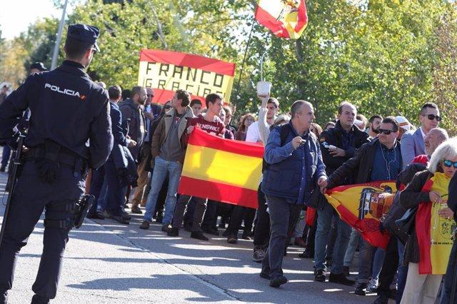 Concentración de nostálgicos del franquismo -portando banderas de España y de la dictadura- en el cementerio de El Pardo-Mingorrubio antes de la inhumación de Francisco Franco en El Pardo (Madrid, España), a 24 de octubre de 2019.