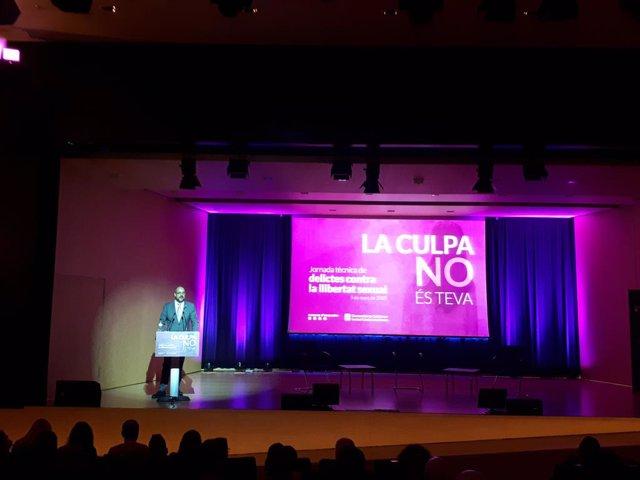 El conseller d'Interior, Miquel Buch, inaugura la jornada sobre delictes sexuals 'La culpa no és teva'.