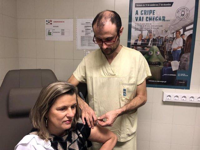 Eloína Núñez, la gerente del Área Sanitaria de Santiago y Barbanza, en la campaña da vacunación contra la gripe.