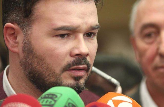 El portavoz de ERC en el Congreso, Gabriel Rufián (i), ofrece declaraciones a la prensa tras registrar en el Congreso junto al diputado de Compromís, Joan Baldoví, una petición para la creación de una comisión de investigación sobre las presuntas irregula