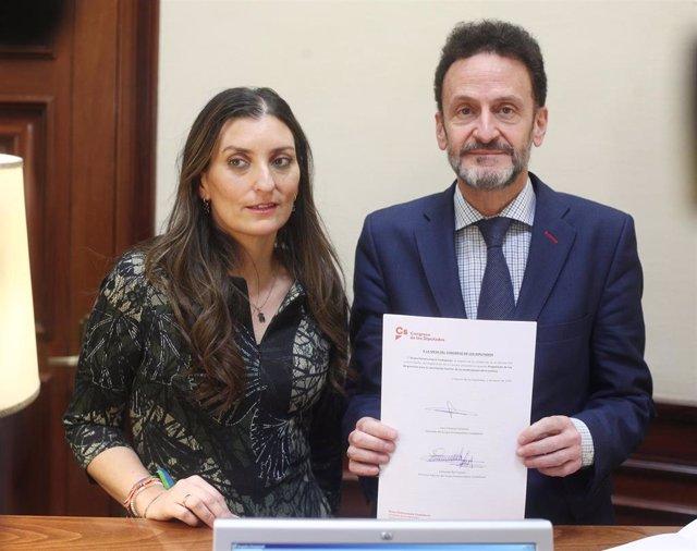 La portavoz de Igualdad, Sara Giménez y el portavoz adjunto del Grupo Parlamentario de Ciudadanos, Edmundo Bal posan con la nueva ley registrada en el Congreso