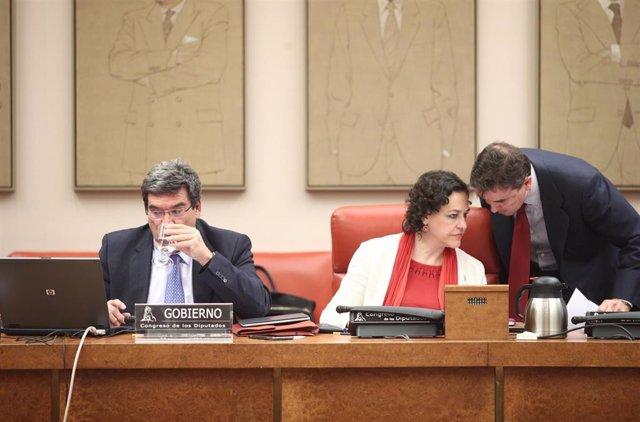 El ministro de Inclusión, Seguridad Social y Migraciones, José Luis Escrivá, y la presidenta de la Comisión de Seguimiento y Evaluación de los Acuerdos del Pacto de Toledo, Magdalena Álvarez, en el Congreso.