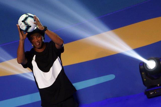 Ronaldinho durant el sorteig de la Copa Amèrica 2020