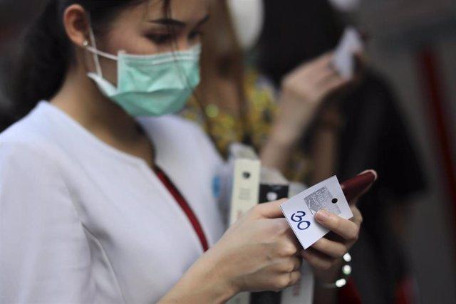 Una mujer con una mascarilla para evitar el contagio del coronavirus.