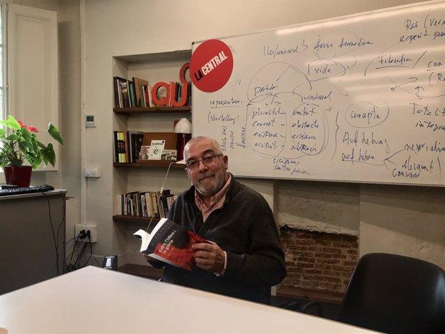 """Àlvar Valls en la presentació de la novel·la """"Entre l'infern i la glòria"""" aquest dijous a La Central del Raval."""