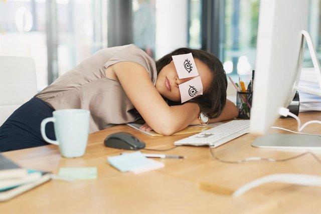 Por qué dormimos con los ojos cerrados, siesta en la oficina.