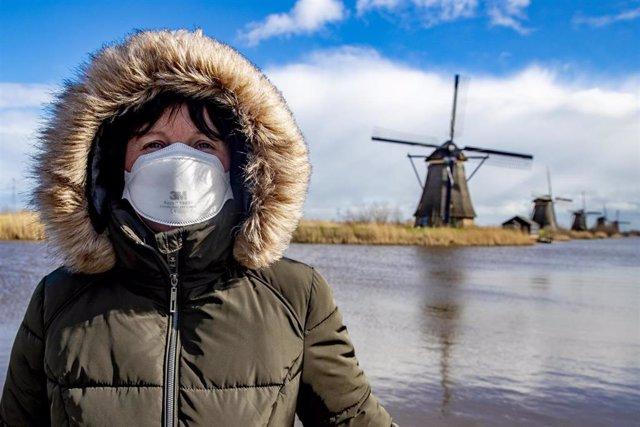 Una mujer con mascarilla en la localidad de Kinderdijk, en Países Bajos
