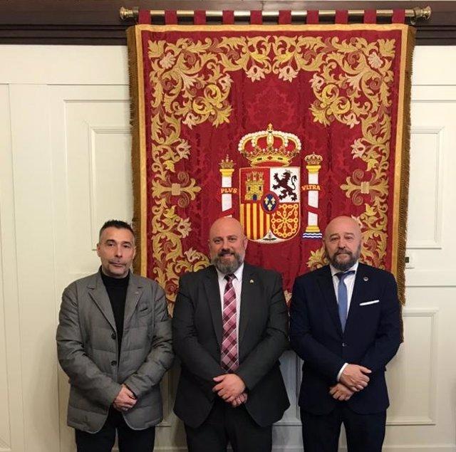 Vicente Pigueiras, delegado de AVT Navarra; José Luis Arasti, delegado del Gobierno en Navarra; y Víctor López Palma, vicepresidente de AVT