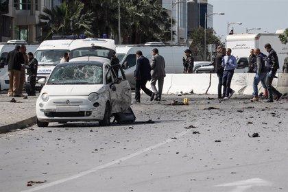 AMP3.- Túnez.- Al menos un muerto y cinco heridos por un atentado cerca de la Embajada de Estados Unidos en Túnez