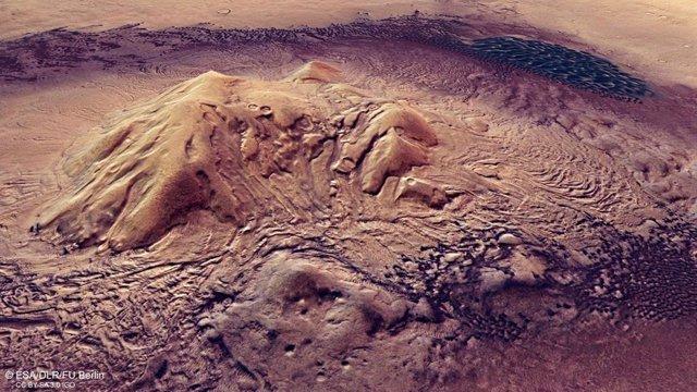 Dunas y procesos glaciares en un impresionante cráter marciano