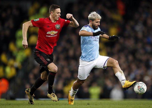 Fútbol/Premier.- (Previa) El derbi de Manchester mide el ánimo de United y City