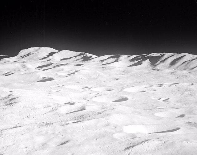 Montañas como el Everest esperan a los astronautas en el polo sur lunar