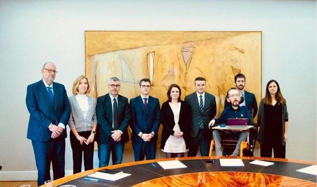 Comisión de seguimiento del acuerdo de coalición entre PSOE y Podemos con Iván Redondo, Félix Bolaños, Antonio Hidalgo, Miguel Ángel Oliver, Mª Isabel Valldecabres, Adriana Lastra,  Juanma del Olmo, Pablo Echenique e Ione Belarra.