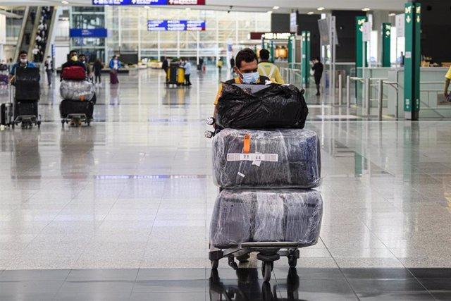 Imagen de un pasajero con mascarilla en el aeropuerto de Hong Kong.