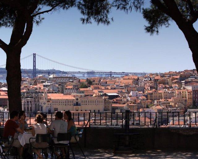 Los ingresos turísticos españoles en Portugal se elevan un 8,2% hasta los 2.158