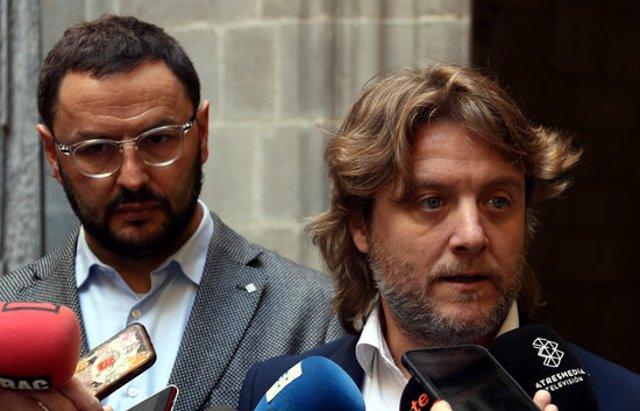 Pla curt del regidor d'Esports de Barcelona, David Escudé, davant del director del Consell Català de l'Esport, Antoni Reig, atenent els mitjans, el 07-03-20 (horitzontal).