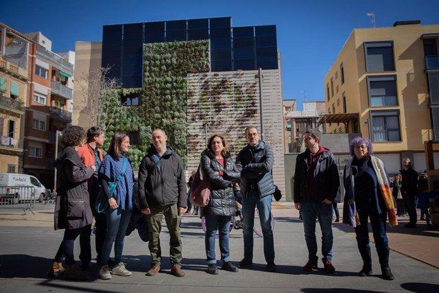 L'alcaldessa de Barcelona, Ada Colau (centre), inaugura la remodelació de la paret mitgera de la Plaça dels Dones del 36, a Barcelona a 07 de març del 2020.