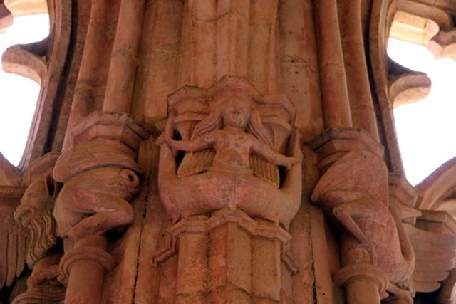 Pla detall de la figura d'una sirena en la representació iconografica de les dones en un dels capitells el monestir de Santes Creus. Imatge del 7 de març del 2020 (Horitzontal).