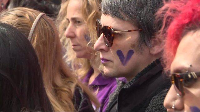 Dona participa en una manifestació a Pedro Zerolo, Madrid, amb motiu del 8M.
