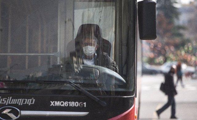 Un conductor de autobús lleva una mascarilla