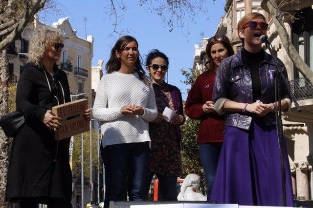 Diverses comunicadores, entre elles Mònica Terribas i Marta Cáceres llegeixen alguns dels titulars que els agradaria poder veure als mitjans de comunicació. Pla conjunt del 8 de març del 2020. (Horitzontal)