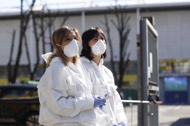 Operarios italianos miden las temperaturas de los ciudadanos ante el coronavirus